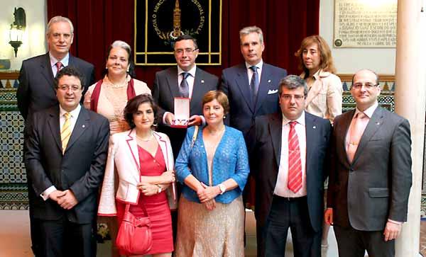 La junta directiva del Círculo Mercantil junto a su presidente, Práxedes Sánchez.