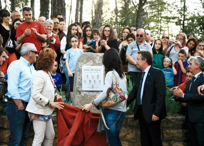 El descubrimiento de la placa, con Miguel Guillén a la derecha / Dani Badia