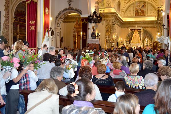 Momento de la ofrenda floral a la Virgen. / Ayto. Almonte