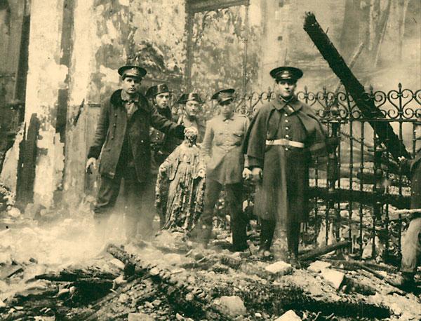 Quema de una iglesia en Sevilla durante la Guerra Civil.