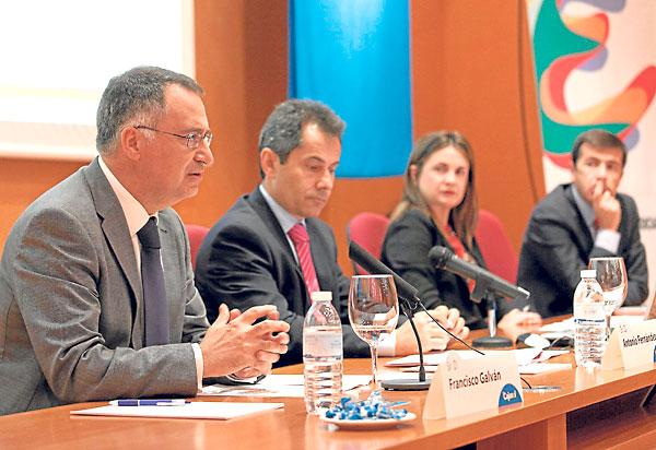 Francisco Galván interviene en presencia de Antonio Fernández, Elisabeth Sáenz y Juan Román. / J. M. Espino (Atese)