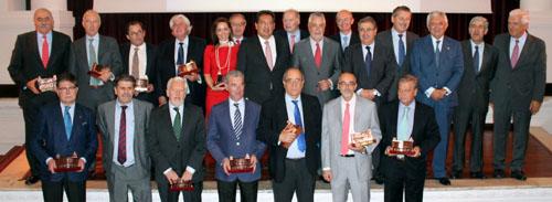 Las autoridades que presidieron el acto junto a los profesores y directores homenajeados que han formado parte del Instituto de Estudios Cajasol durante estos años.