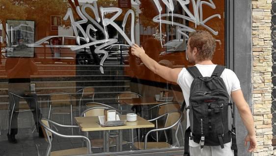 Ante destrozos como los graffitis, los jueces pueden imponer como medida correctora que los menores realicen tareas de limpieza. (Javier Díaz)