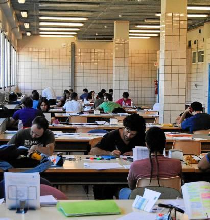 Estudiantes preparando los exámenes de selectividad en una biblioteca pública. (A. J. Gómez)