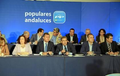 Juan Ignacio Zoido y José Luis Sanz, presidiendo ayer el comité regional del PP.