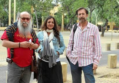 Miembros de la plataforma social 'No al parking de la Alameda', ayer, en el bulevar. José Carlos Cruz (Atese)