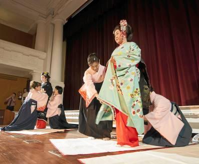Azafatas vistiendo a una maiko y una geisha. Foto: J. M. Espino (ATESE)