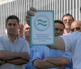 Un grupo de afectados ante el hospital de Valme. / Antonio Acedo