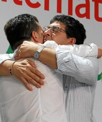 Maíllo abraza a su predecesor en la dirección de IU, Diego Valderas.