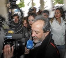 Una lluvia de fotógrados espera al exsindicalista Juan Lanzas, en los juzgados de Sevilla.