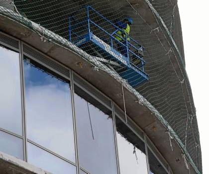 Trabajos de colocación de los ventanales de vidrio en el rascacielos ubicado en la Cartuja. / J. M. Espino (Atese)
