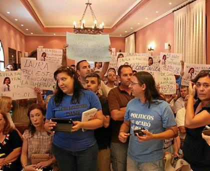 Varios de los asistentes al pleno de Alcalá portaron camisetas y pancartas contra Ballesteros.