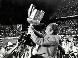 Rafael Iriondo levanta la Copa que ganó el Betis el 25 de junio del 77.