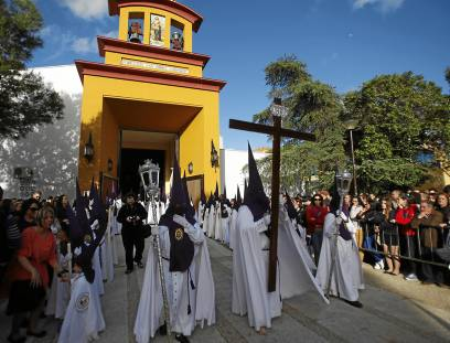Salida de la hermandad de Pino Montano por el barrio en la tarde del Viernes de Dolores.  / Estefanía González (Atese)