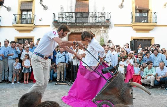 Padilla y Morante se desplazaron ayer hasta la localidad utrerana para dejar constancia de la reivindicación taurina.