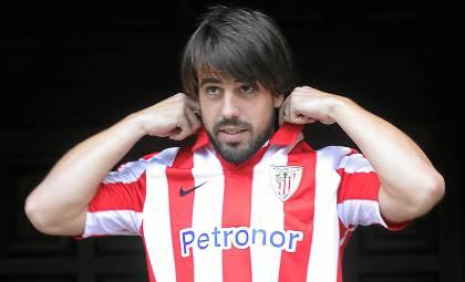Beñat posa con la camiseta del Athletic / Marcamedia