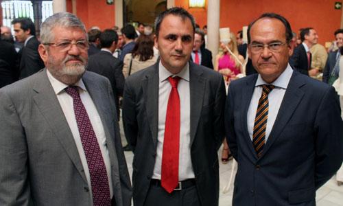 Leonardo Chaves, director del Cajasol Baloncesto; Fernando Moral, de la Fundación Cajasol; y José Águila, de Caixabank.