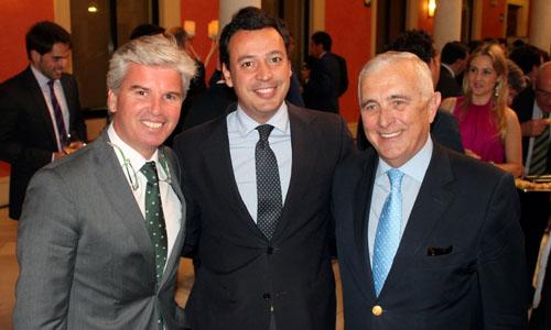 Miguel Guillén, presidente del Real Betis; Pablo Gómez Falcón, vicepresidente; y José Manuel Castro, secretario de la Fundación Real Betis.