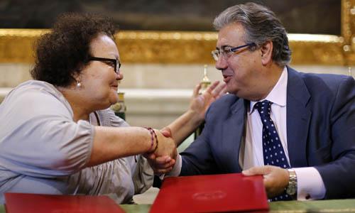 Amalia Gómez y Juan Ignacio Zoido en el momento de la firma del convenio con la Cruz Roja.
