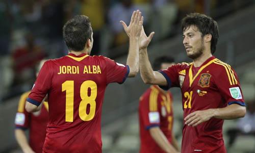 Jordi Alba celebra su gol con David Silva. / Reuters