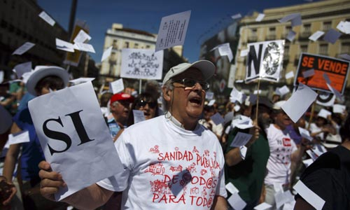Miles de personas protestan en Madrid contra la privatización de la sanidad. / Reuters