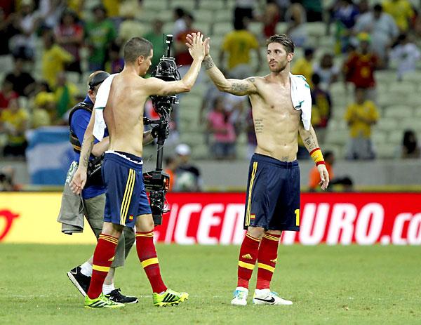 Sergio Ramos y Fernando Torres, tras el partido frente a Nigeria.