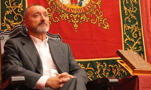 Arturo Pérez-Reverte ha acudido a la Hispalense para recibir su I Premio Cultural de esta institución. /  Manuel R.R.