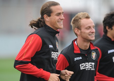 Bernardo y Rakitic, durante un entrenamiento. (Marcamedia).