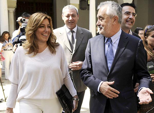 José Antonio Griñán camina junto a una sonriente Susana Díaz tras dar su discurso, seguidos por Mario Jiménez (derecha) y Francisco Álvarez de la Chica (centro). / EFE