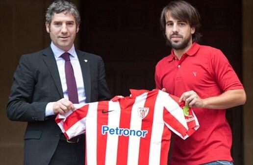 Beñat posa junto al presidente, Josu Urrutia / Athletic Club