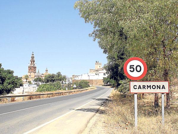 Entrada al núcleo de Carmona desde la carretera que va hasta el vecino municipio de El Viso del Alcor.