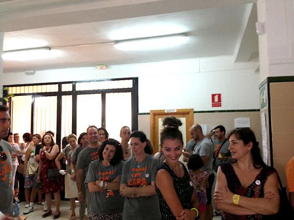 La cola de candidatos a donantes que se congregó en el colegio Ruperto Escobar de Umbrete.