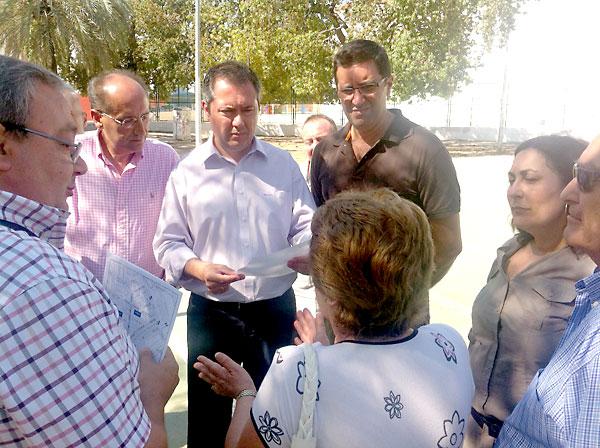 Juan Espadas con los vecinos de Tiro de Línea.