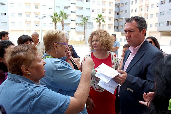 Reunión mantenida por el portavoz municipal Juan Espadas y la concejala Adela Castaño con la Plataforma por un Alquiler Municipal Digno.