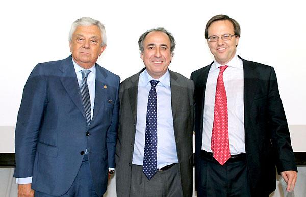 Francisco Herrero, presidente de la Cámara de Comercio de Sevilla; el conferenciante, Emilio Durón; y Jaime Ruz, de La Caixa.