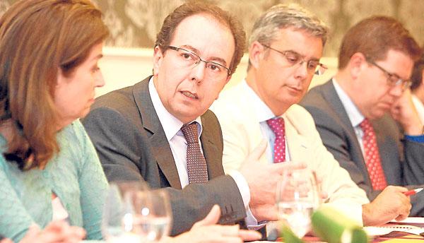 33 José Luis Rodríguez, director de la Agencia Española de Protección de Datos, entre la eurodiputada Carmen Romero y el director de El Correo, Juan Carlos Blanco. / J. M. Paisano (Atese)