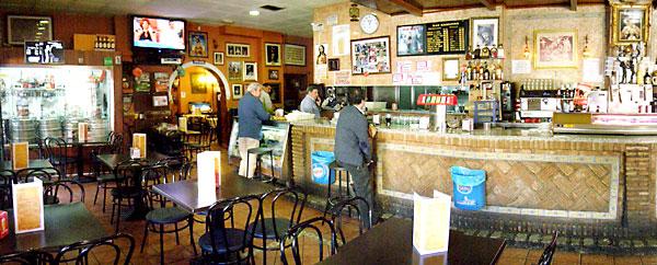 Este local es un bar para trabajadores, para familias y para todo el que sepa apreciar las tapas sevillanas, el buen servicio y el buen ambiente.