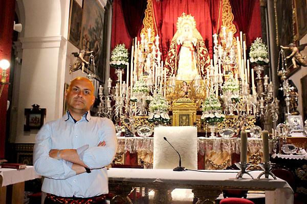 33 El hermano mayor, José Manuel Marín, posa ante el altar del triduo de la coronación, cultos que hoy predicará Carlos Amigo. / José Carlos Cruz (Atese)