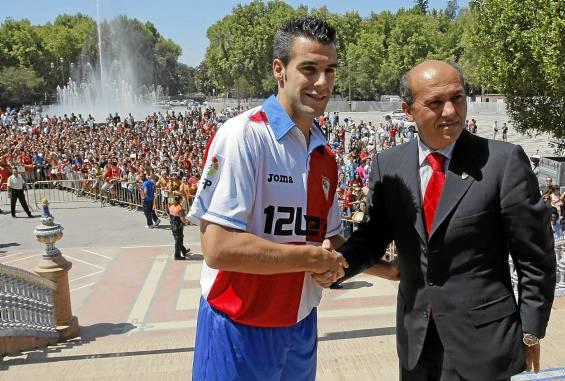 Negredo y Del Nido, en la presentación del delantero. (Paco Puentes)