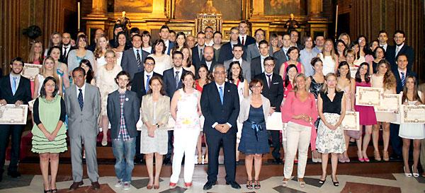 El rector de la Universidad de Sevilla, Antonio Ramírez de Arellano y el resto de autoridades de la Hispalense junto a los premios extraordinarios del curso 2011-2012