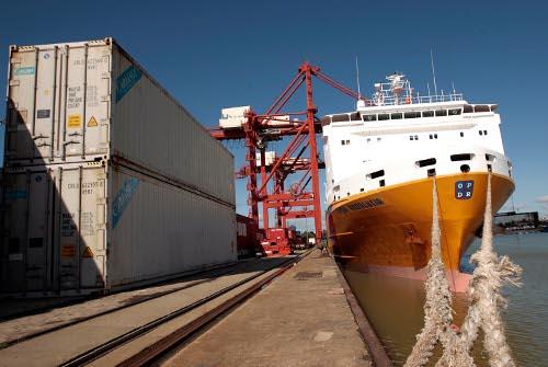 Un buque amarrado mientras efectúa tareas de carga y descarga en las instalaciones del Puerto de Sevilla.