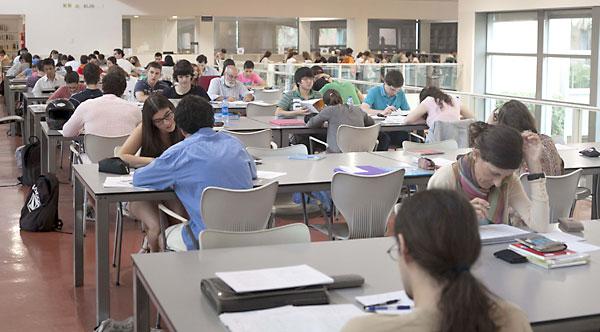 Las bibliotecas se encontraban ayer llenas de estudiantes que se preparaban para las pruebas de Selectividad que comienzan hoy. / J. M. Espino (Atese)