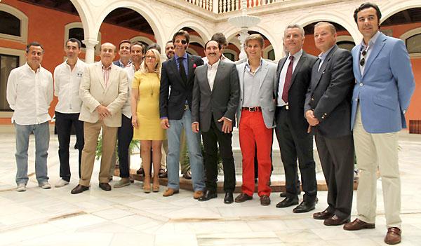 33 Toreros y periodistas, ayer en el homenaje a Pepe Luis Vázquez en la sede de la Fundación Cajasol. / Manuel R. R. (Atese)