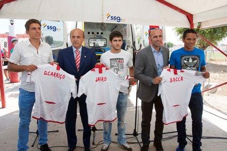 Carriço, Jairo y Bacca, ayer en su presentación junto a Del Nido y Monchi. (J.M. Paisano /Atese)