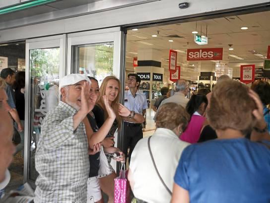 La imagen de clientes esperando a las puertas de las grandes superficies para entrar los primeros es habitual cada año. / J. M. Espino (Atese)