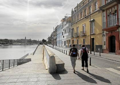 La Junta Municipal del Distrito Triana estudiará eliminar las restricciones al tráfico privado en Betis. / Paco Puentes