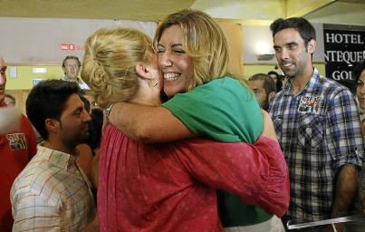 La actual líder del PSOE de Sevilla, Susana Díaz, abraza a una simpatizante. / Carlos Díaz (EFE)