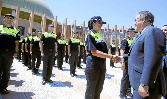 La número 1 de la última promoción de policías locales de Andalucía, Azahara Álvarez, saluda al alcalde.
