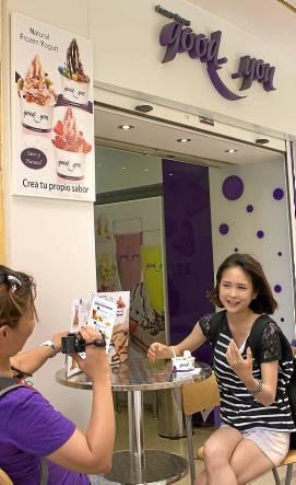 Naoko y su compañera de reparto, en la yogurtería de Sierpes.Manuel R. R. Atese)