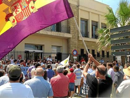 Protesta de IU ante la subdelegación del Gobierno en Cádiz.